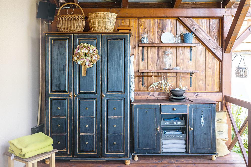 drevené skrine na terase domu