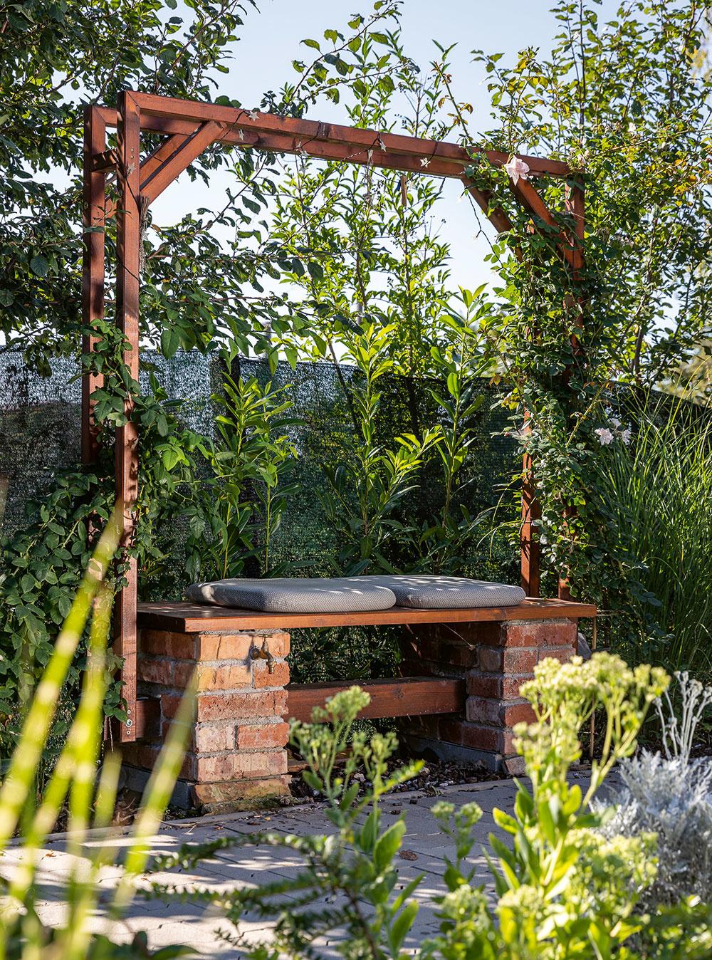 lavička na záhrade