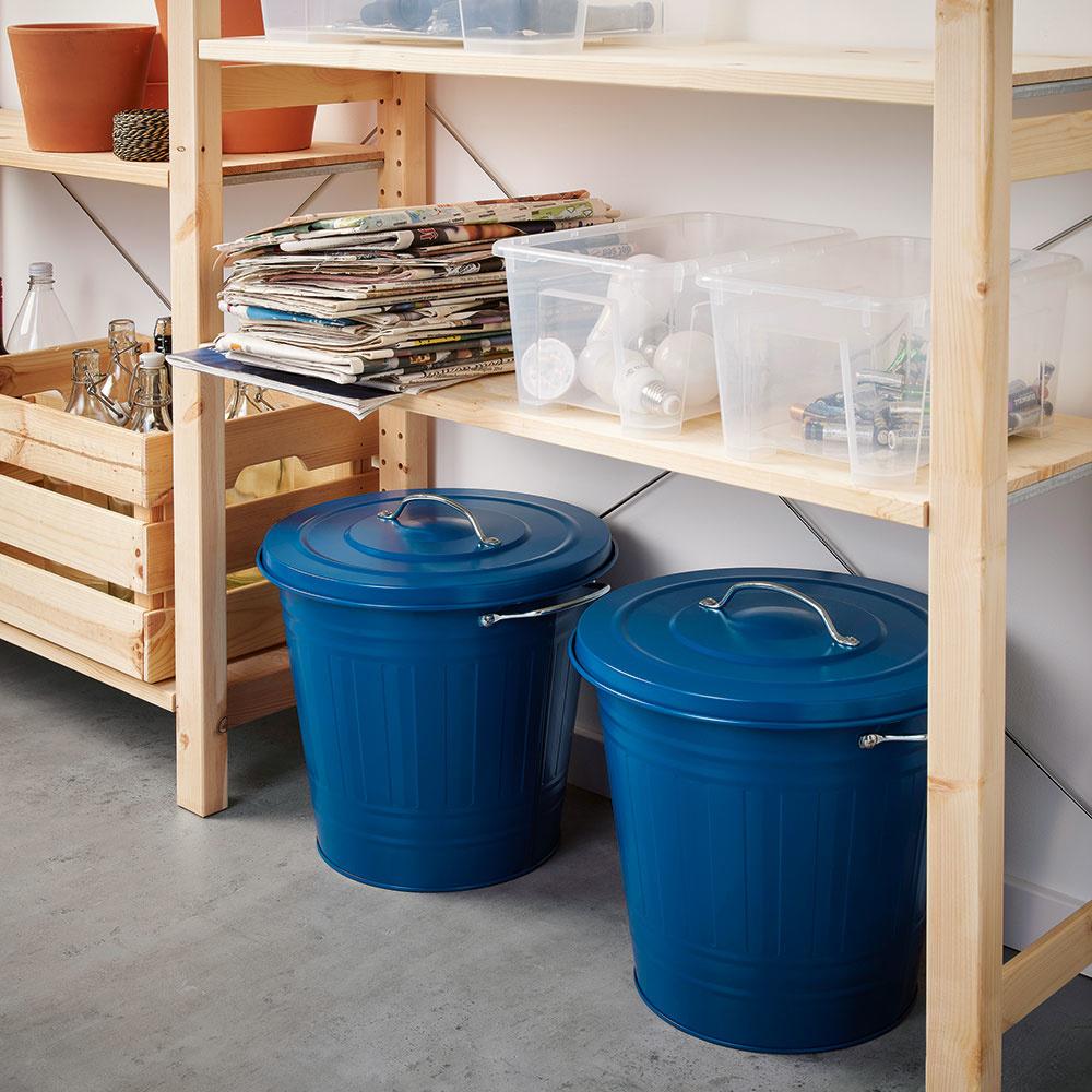 Smetný kôš môže vyzerať dobre aj napriek tomu, že sa v ňom zbierajú odpadky. Pestré farby a zaujímavé tvary zhotovené z plechu alebo iných kovov robia zo smetného koša vkusný kuchynský doplnok. Nádobu s vrchnákom KNODD za 9,99 € predáva IKEA.
