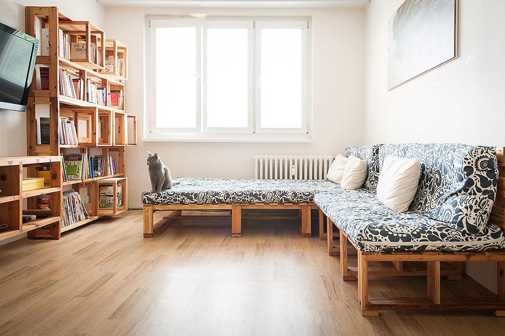 Ekologický a praktický: Byt, ktorý je celý zariadený nábytkom z paliet!