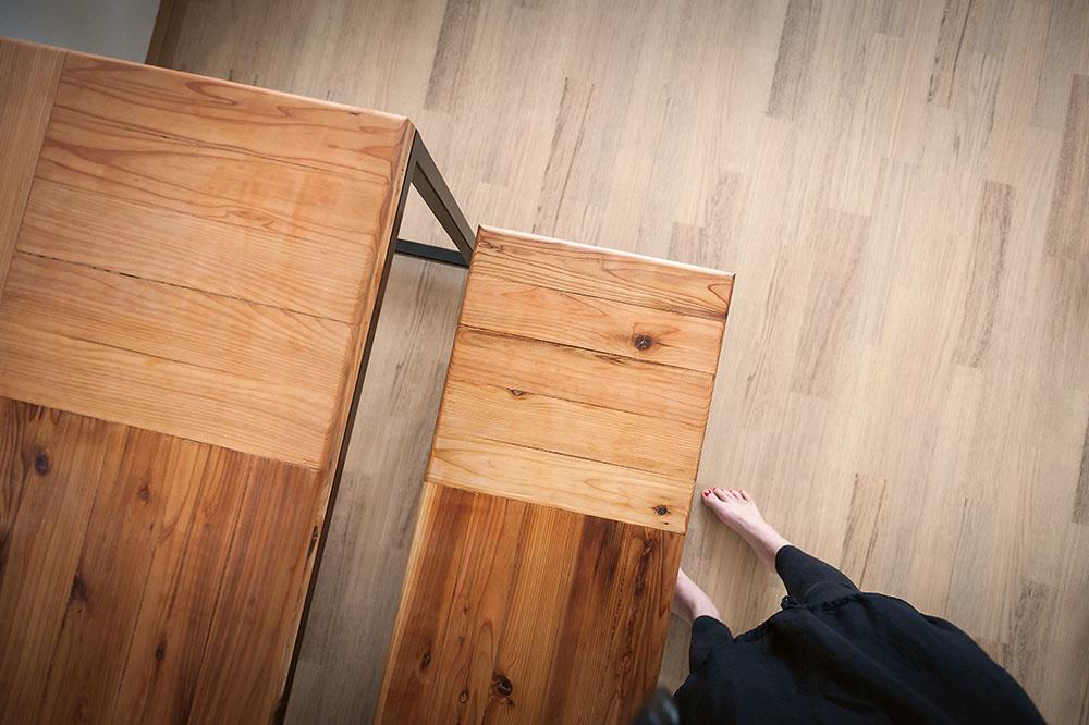 Zaujímavých detailov nájdeme vtomto interiéri mnoho. Patria knim aj precízne vyhotovený stôl alavica –  skladačka zdosiek japonskej borovice, ktorú lemuje čierny jäkel.