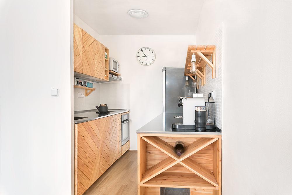 Jednoduchá navonok, dômyselná vnútri Vnútorné usporiadanie skriniek je navrhnuté presne podľa potrieb majiteľov mačiek. Sú vnich skrytá zabudovaná mačacia toaleta, priehradky na granuly a, samozrejme, miesto na triedenie odpadu.