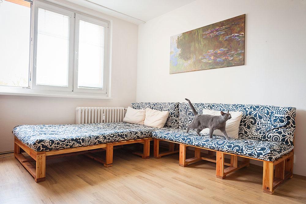 Dve samostatné pohovky poskytujú dostatok miesta na sedenie ipríležitostné spanie.