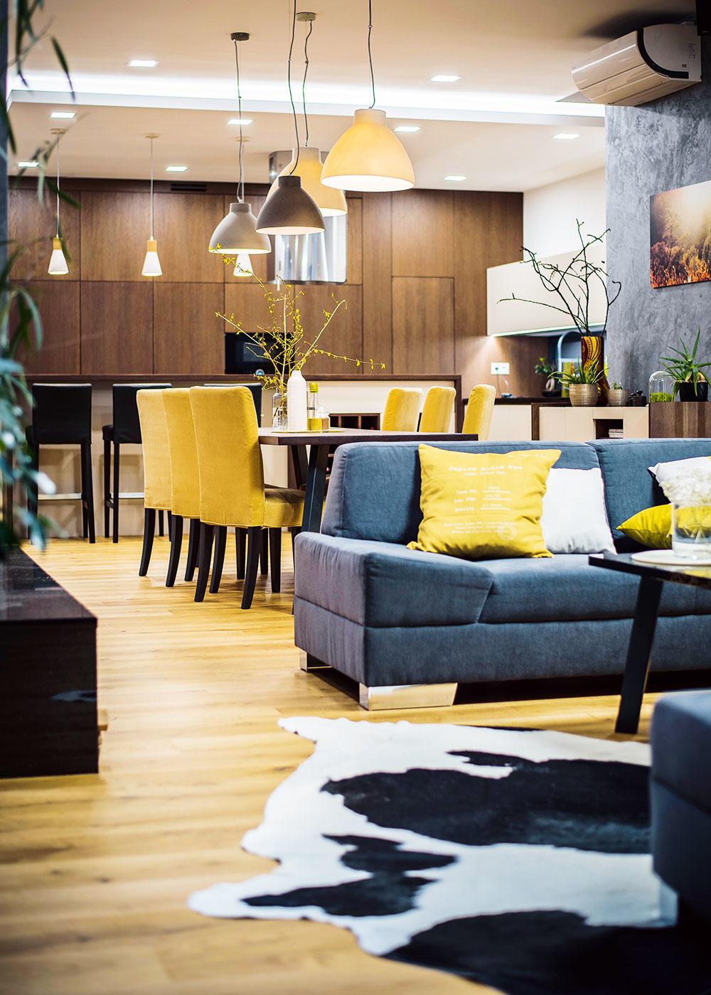 otvorený priestor s kuchyňou, jedálňou a obývačkou