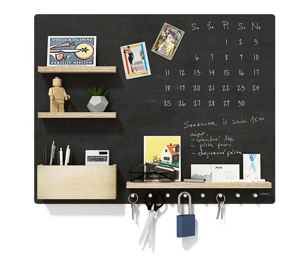 NÁSTENNÁ TABUĽA na všetky vaše odkazy je určená nielen do pracovne alebo pre školákov. Praktické poličky, držiak na perá aháčiky vdolnej časti na drobnosti si môžete zvoliť na pravej alebo ľavej strane tabule podľa toho, kde je váš stôl umiestnený. Vyrobená je zbrezovej preglejky adrevených kolíkov, natretá je tabuľovou farbou, aby ste si na ňu mohli písať odkazy. Vdolnej časti nad vešiakmi je polička na odloženie kriedy. Rozmery sú 70 × 55 cm aza 69 € ju nájdete na www.woolishop.sk.