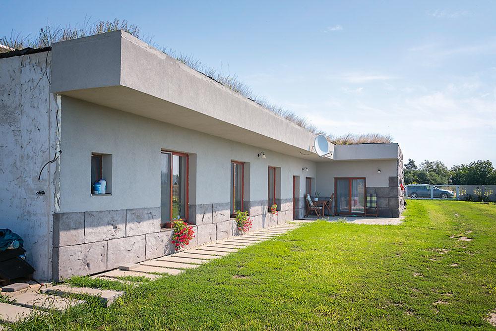 """Presah strechy chráni južne orientovanú fasádu pred slnečnými lúčmi, ktoré by mohli spôsobovať jej zvýšené namáhanie. Imitácia kameňa je vytvorená zcelofarebnej modelárskej malty. """"Tento materiál je vodoodolný atvrdší ako betón. Je farebný vhmote, takže pri prípadnom poškodení povrchu sa neodkryje odlišná farba,"""" vysvetľuje majiteľ, ktorý si na trvácnosti aodolnosti celej stavby dal naozaj záležať."""