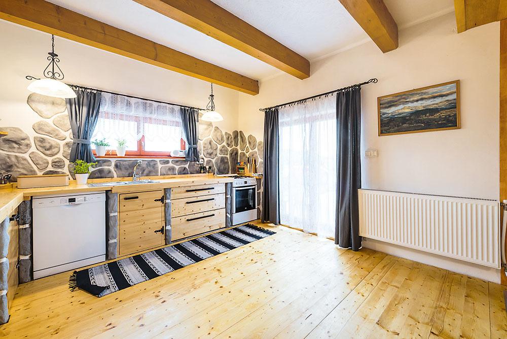 kuchyňa s drevenou podlahou