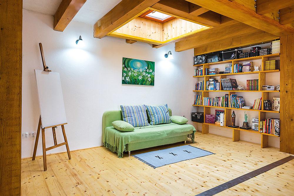 """Drevená podlaha je z3 cm hrubých dosiek, jantárovú farbu získala vďaka napusteniu prírodným voskom. """"Tri roky sa takejto podlahe treba venovať viac – musí sa pravidelne ošetrovať ľanovým olejom, ale potom vydrží aj sto rokov,"""" prezrádza majiteľ."""