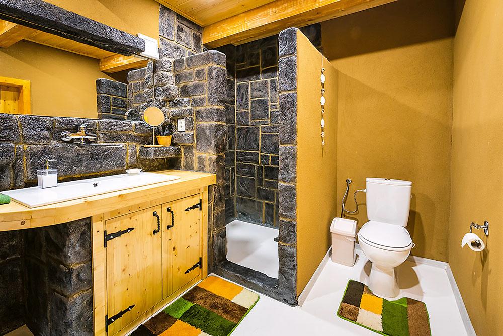 """Poctivé materiály Základná konštrukcia stavby je zo spoľahlivých pálených tehál abetónu, vinteriéri zas prevažujú """"živé"""" prírodné materiály – na väčšine stien (vrátane kúpeľní) sú hlinené omietky, na podlahe prevláda drevo. """"Vcelom dome sme nepoužili žiadne lepidlo ani montážnu penu,"""" hovorí Marek."""
