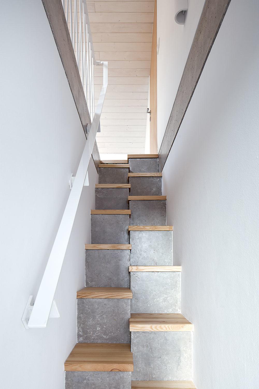 mlynárske schody vedú na medzipodlažie nad hlavnou spálňou akúpeľňou