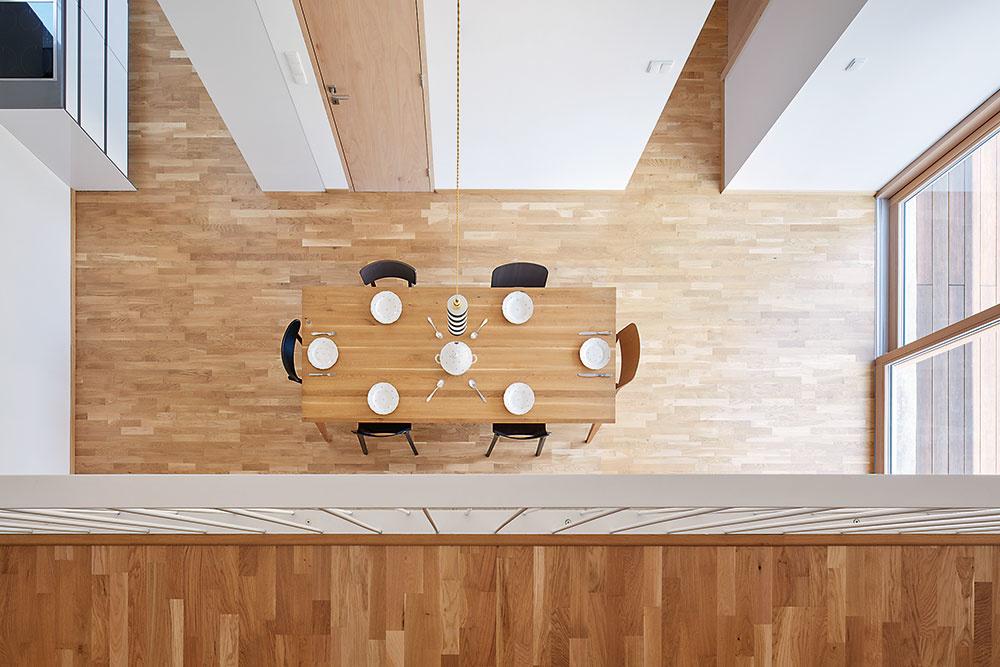 jedáleň s dreveným nábytkom
