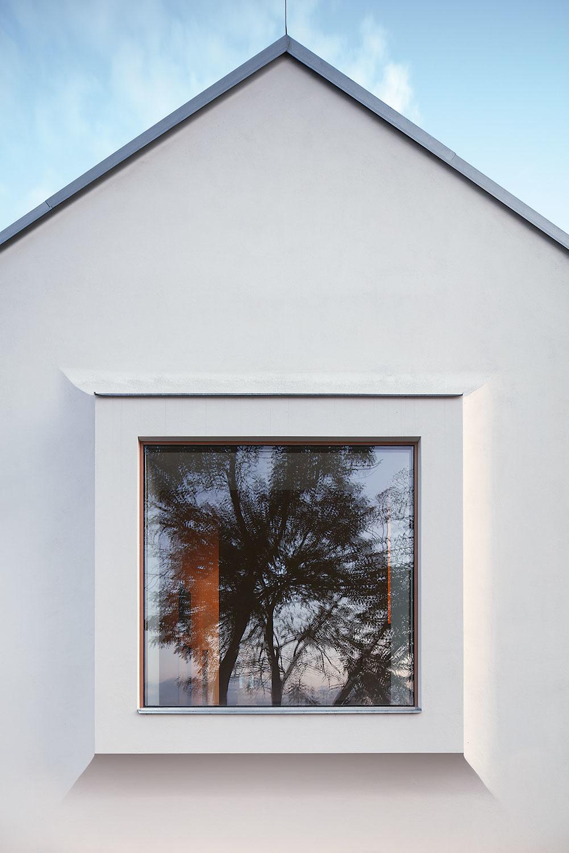 štít dedinského domu s oknom