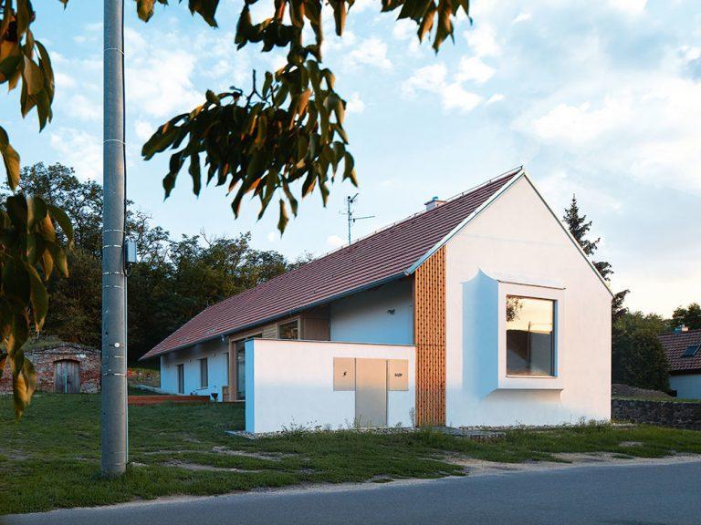 Ako by mal vyzerať moderný vidiecky dom? Odpoveď prináša táto stavba