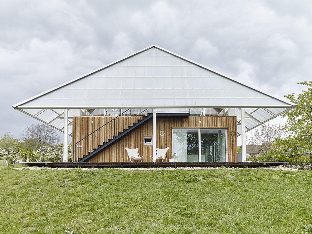Veľký skleník pre pestovanie kaktusov ako strecha rodinného domu