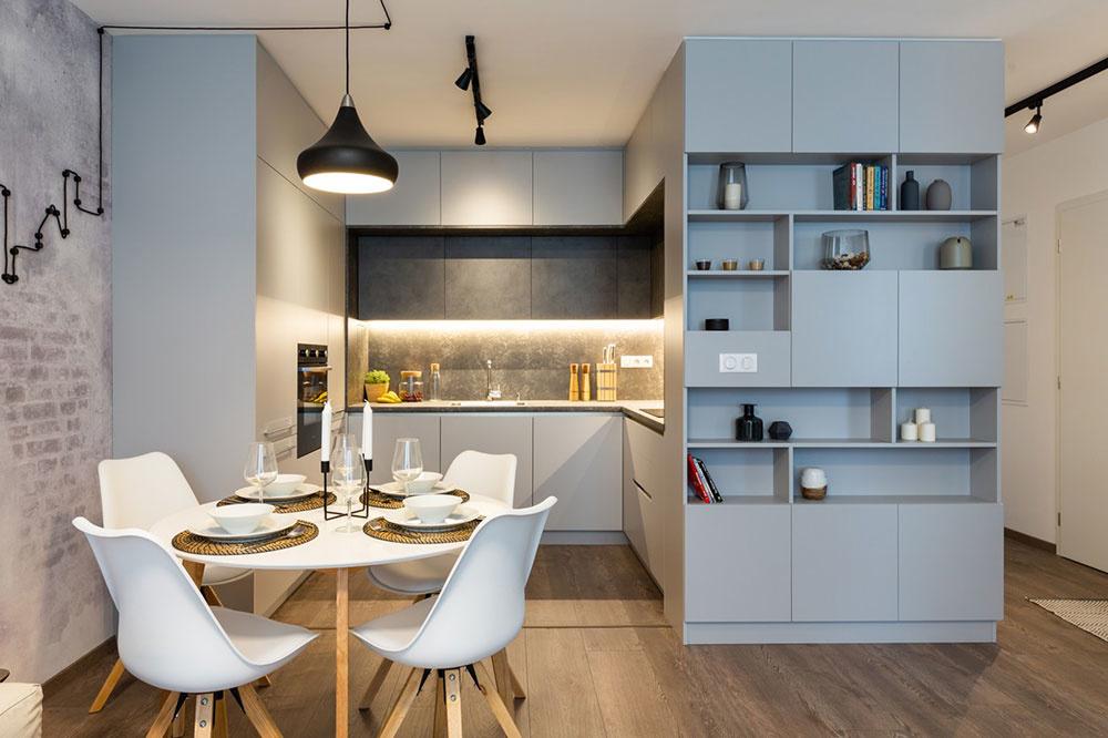 Neveľká kuchyňa riešená v tvare U skrýva potrebné technické zázemie, dostatok úložných priestorov a veľkorysú pracovnú plochu.
