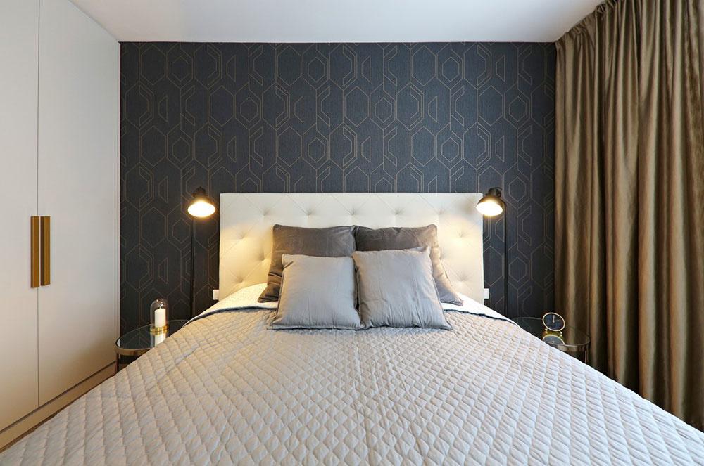 Spálňa nie je až taká chlapská, architekt sa tu pohral s doplnkami a detailmi – lampami, úchytkami na skriniach, nočnými stolíkmi, ktoré sem svojím materiálovým aj farebným poňatím vnášajú oteplenie a nádych luxusu.