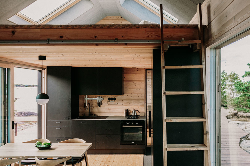 interiér chatky s čiernou kuchyňou