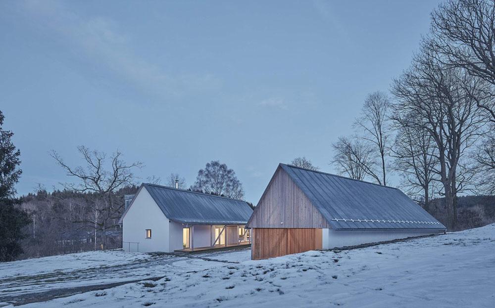 Súčasný rodinný dom na vidieku s pridruženou stodolou
