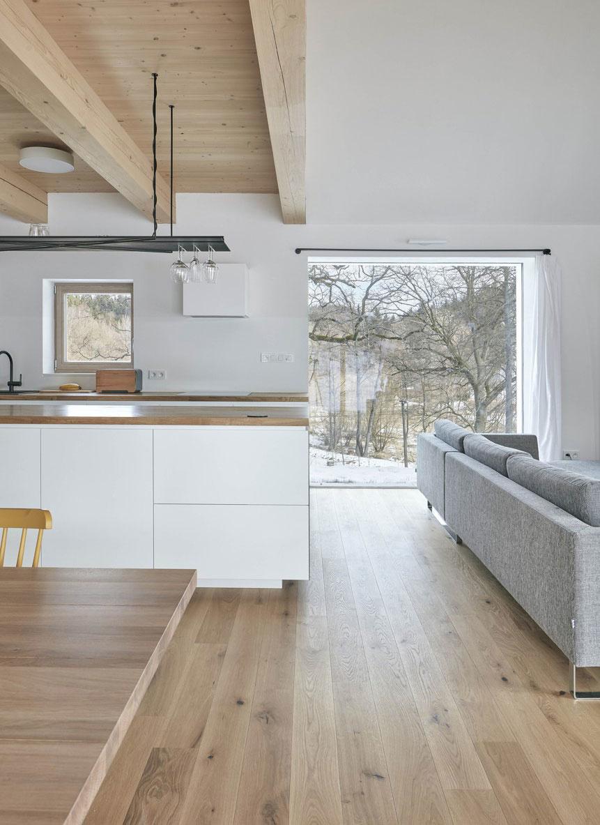 Obytný priestor s kuchyňou je čiastočne otvorený do krovu