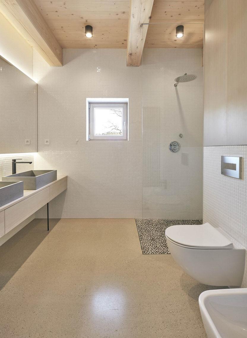 brúsený betónový poter v kúpeľni domu