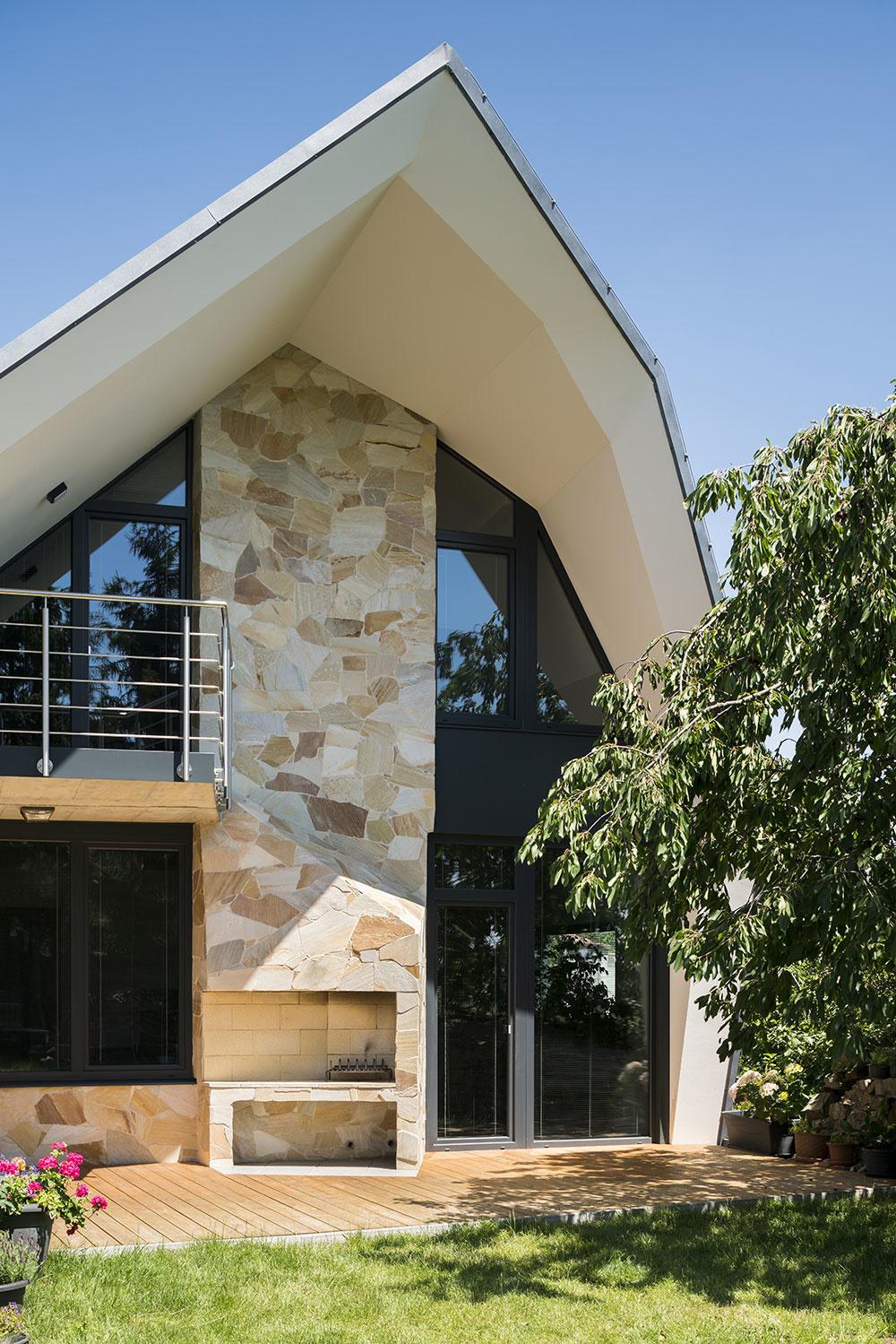 Štítové fasády sú obložené kameňom