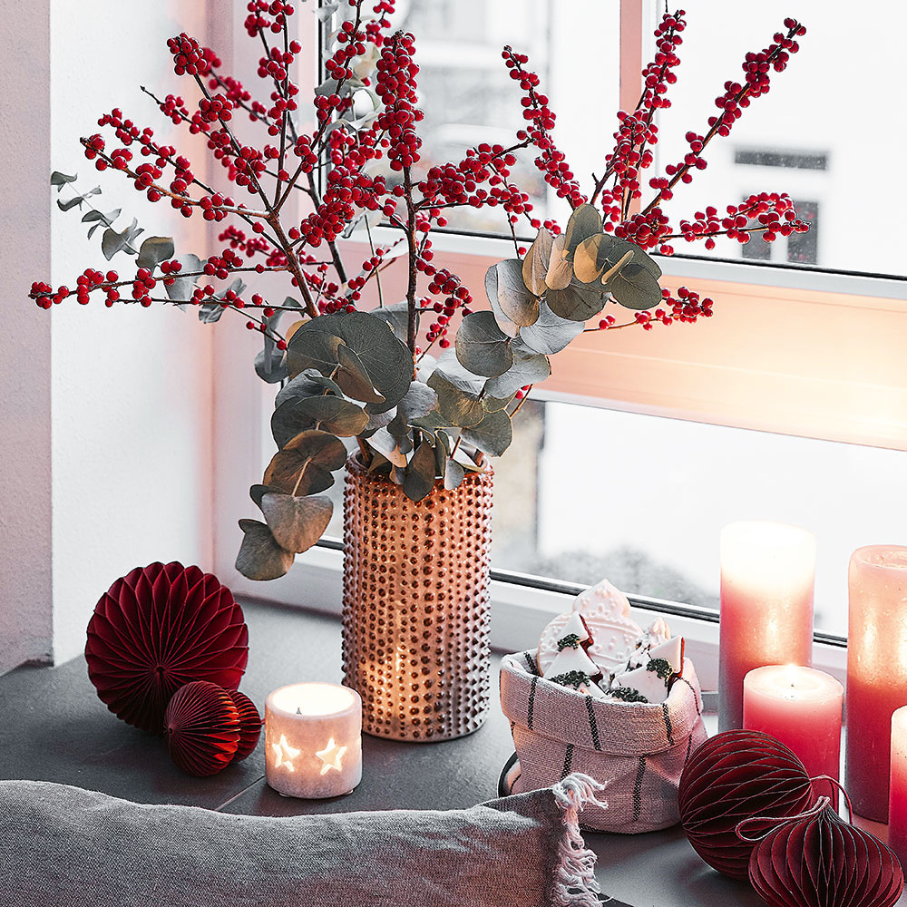 vianočné zátišie so sviečkami a eukalyptom