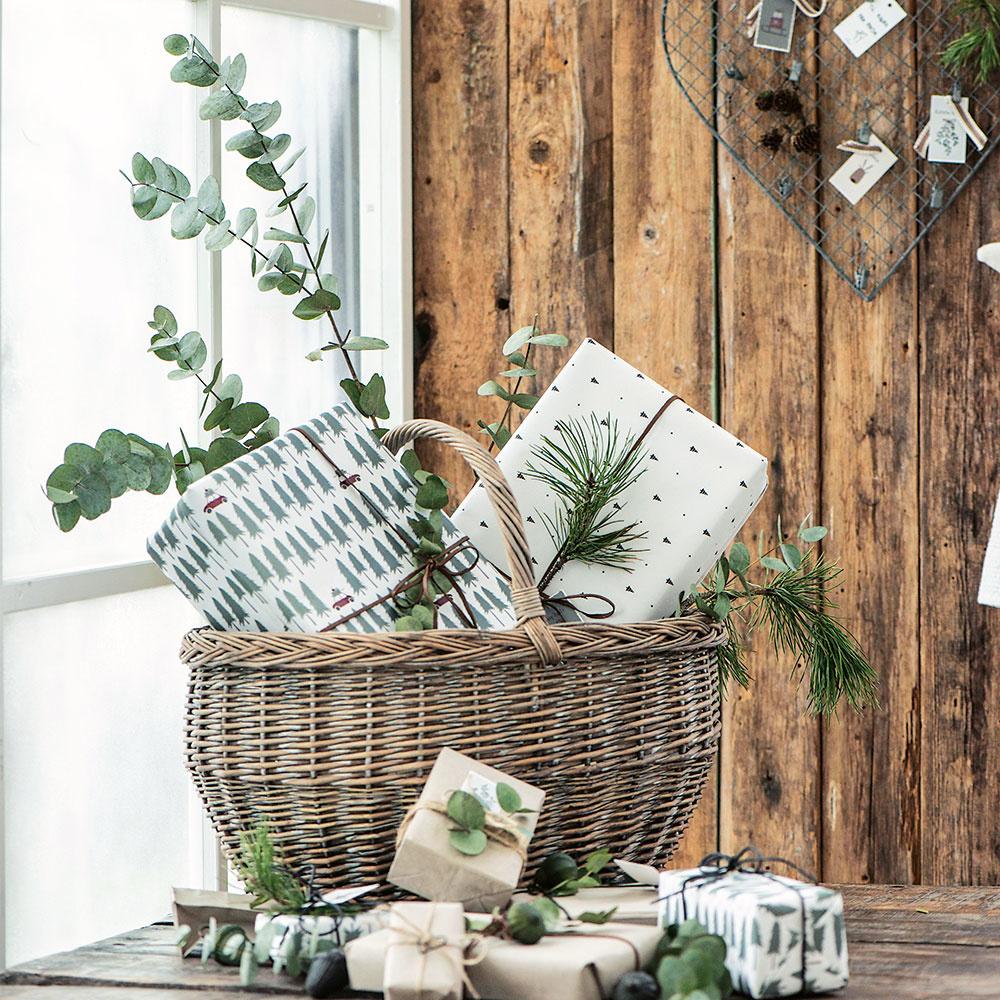 vianočné zátišie s košíkom a darčekmi