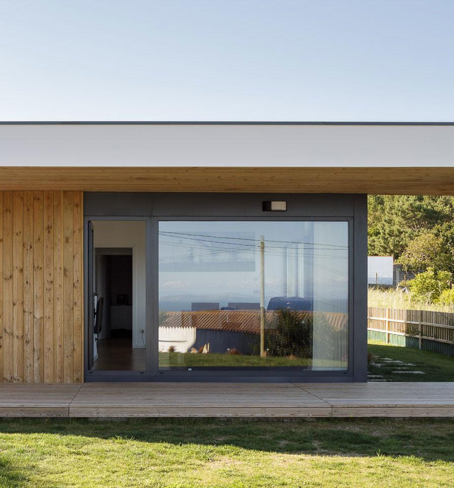 dom s terasou a presahom strechy