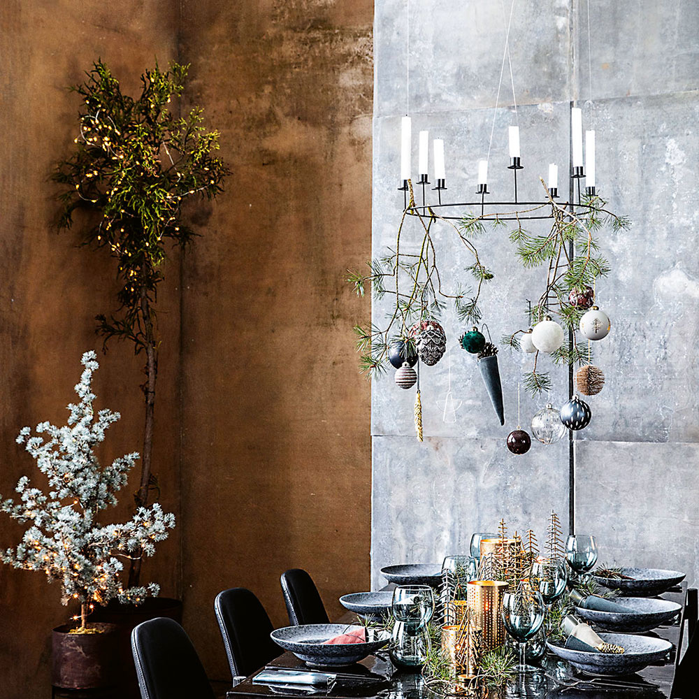 Nad jedálenským stolom alebo príručným stolíkom vobývačke krásne vynikne minimalistický svietnik sklasickými sviečkami. Okonštrukciu možno priviazať aj ďalšie dekorácie – šišky, vianočné gule ikonáriky zelene. Svietnik Ring od značky House Doctor predáva za 48 € www.bellarose.sk.