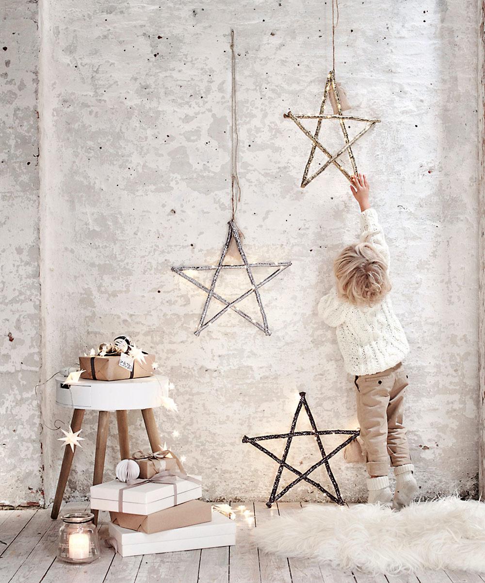 Drevo má zelenú aj na Vianoce. Päťcípe hviezdy zavesené na špagáte vyniknú vmoderných industriálnych iklasických interiéroch. Drevo hviezd pekne ukáže na betónovom podklade avečer po zasvietení vykúzlia skutočne čarovnú atmosféru. Súpravu hľadajte na www.impressionen.de.