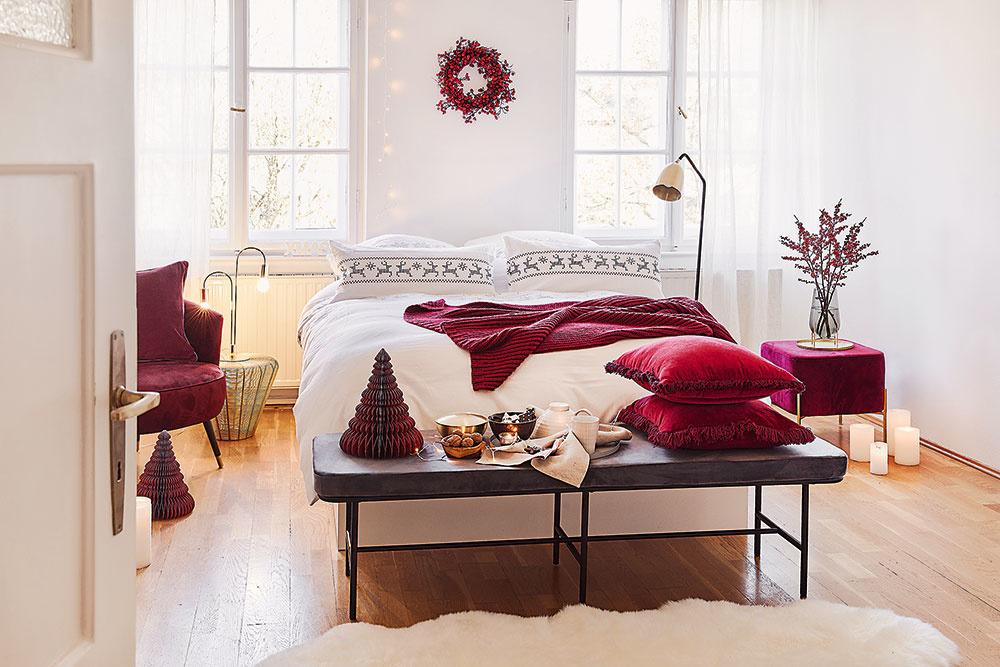 Veniec zčervených plodov nemusí visieť len na dverách. Buďte kreatívni azaveste ho aj do spálne nad posteľ apridajte knemu svetelnú reťaz.