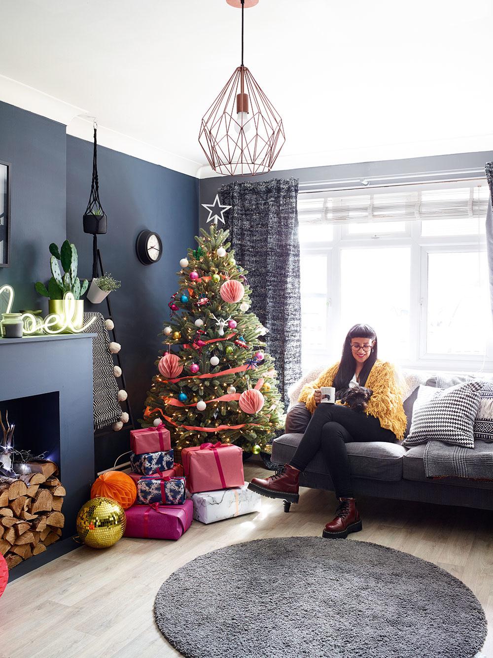 sivé steny a vianočný stromček