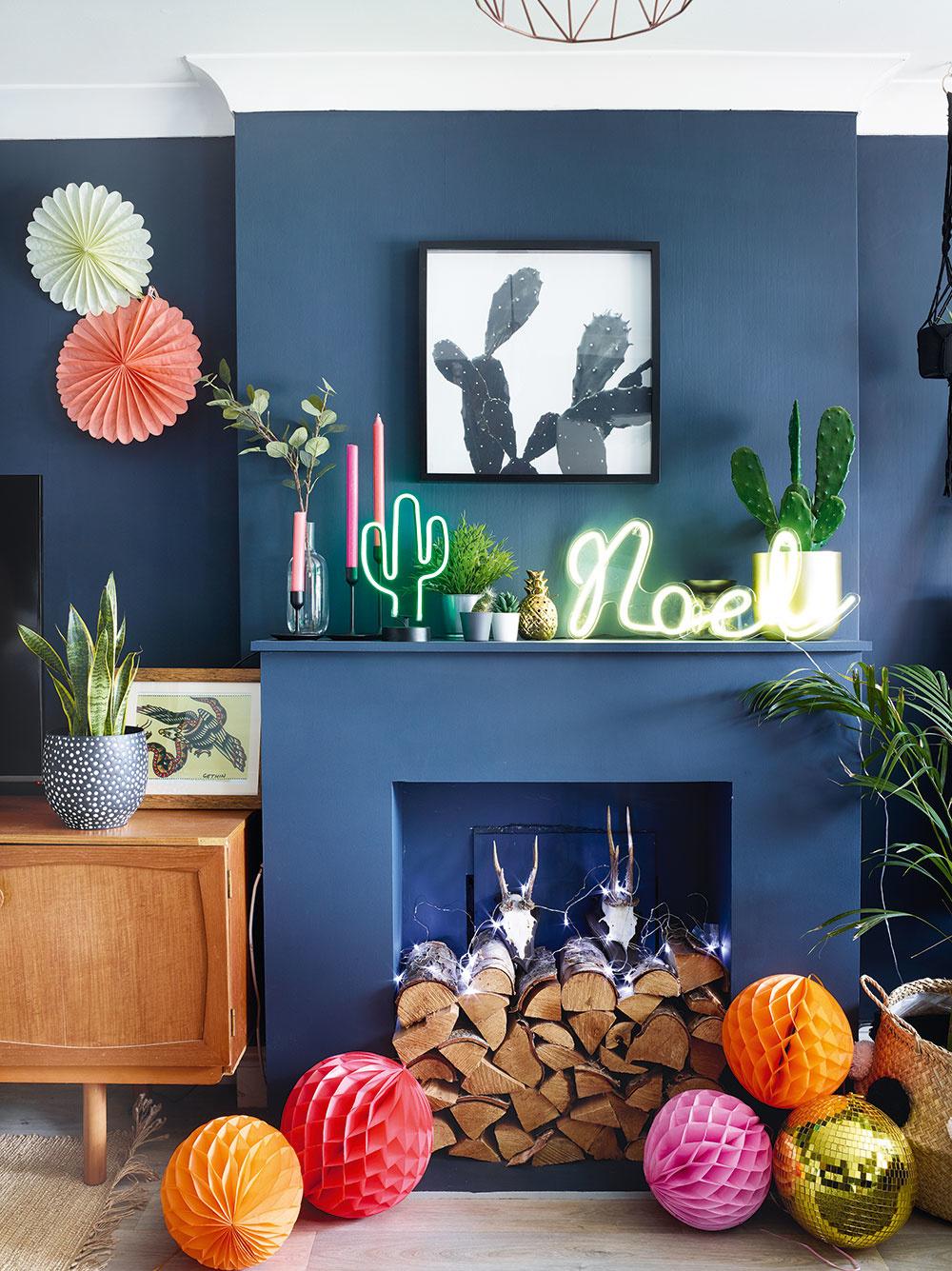 Z krbu vytvorili majitelia domu ústredný prvok. Neónové nápisy, dekorácie vpodobe kaktusov asvetielok vystihujú určitú dávku rebélie, ktorou sa mladý pár prezentuje.