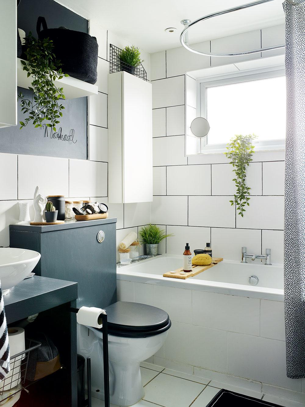 Kúpeľňu ešte čaká kompletná renovácia. Na nejaký čas sa majitelia zmierili s menšími úpravami - tmavosivou farbou a doplnkami, ktorými ju zladili so zvyškom domu.
