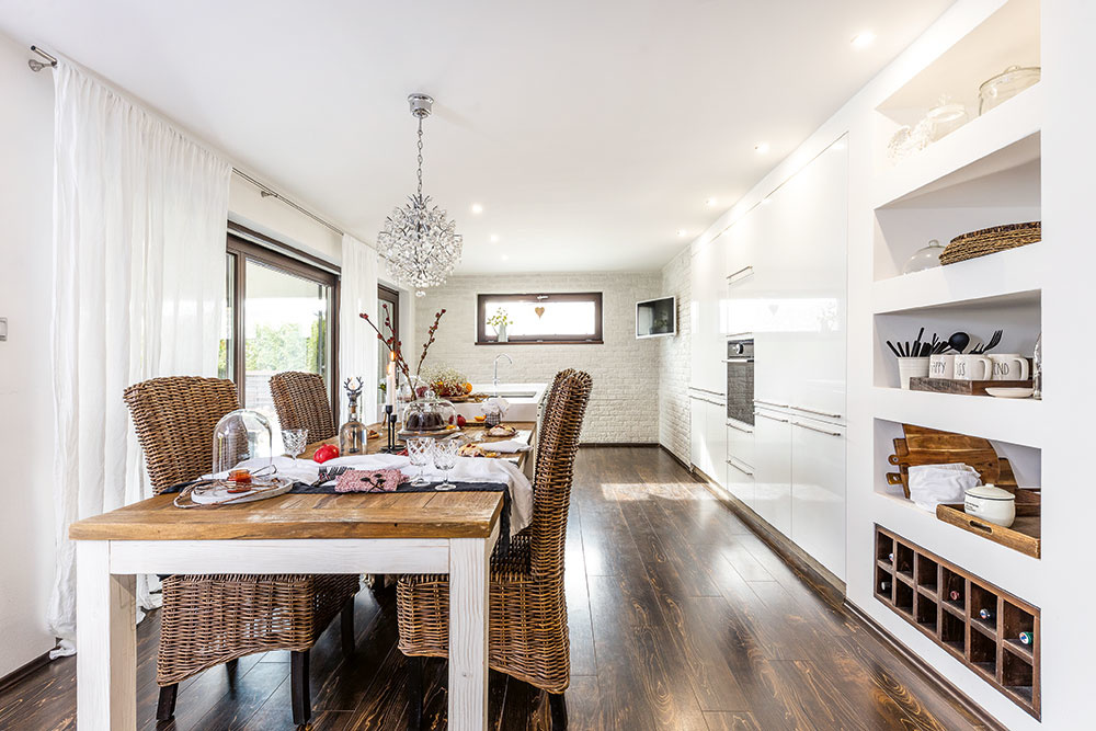kuchyňa s nikami a ratanovými stoličkami