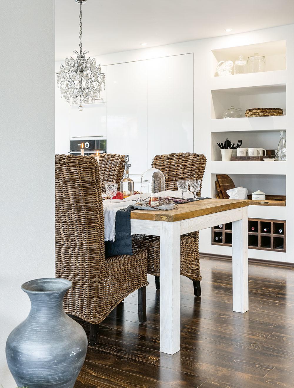 Kuchyňa sdvierkami svysokým leskom je dosadená priamo do steny