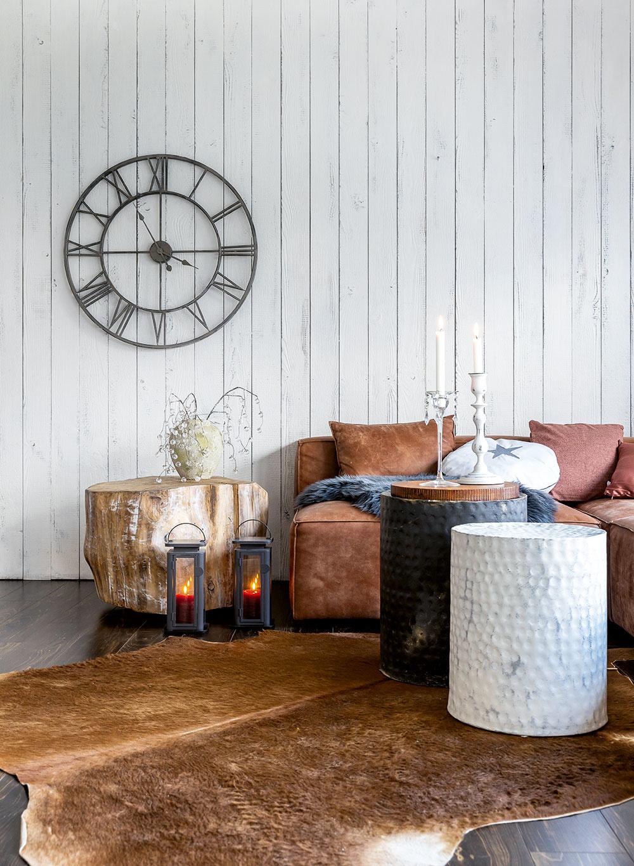Drevený obklad z dosiek natretých nabielo v obývačke