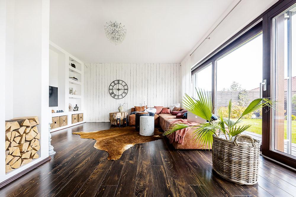 sedačky snízkym operadlom v obývačke domu