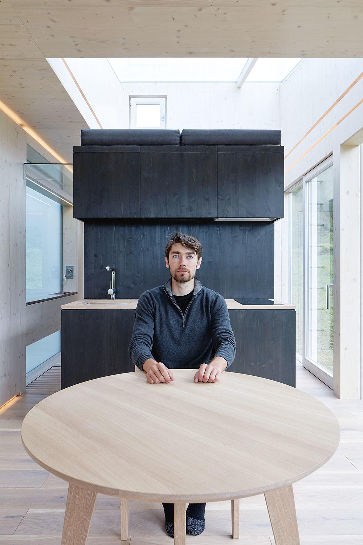 Zobytnej plochy 40 m2 vyťažili autori maximum pomocou variability priestorov apráce so svetlom. Podlahovú plochu rozdeľuje tmavý centrálny blok na päť zón – po jednej na každej jeho strane. Pomocou dverí vrohoch bloku sa zároveň dajú zóny uzavrieť.