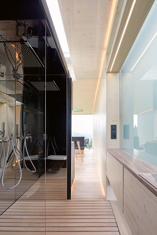 Sklenenými dverami, ktoré sa dajú vysunúť zrohov bloku, možno uzatvoriť medzeru medzi blokom aobvodovou stenou. Vznikne tak kúpeľňa soknom zmliečneho skla.