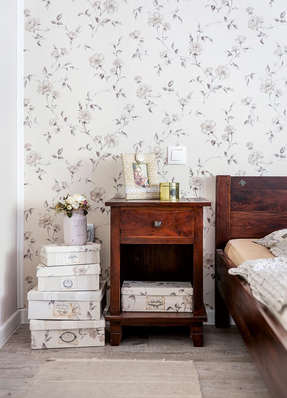 tapeta s kvetinovým motívom na stene a nočný stolík