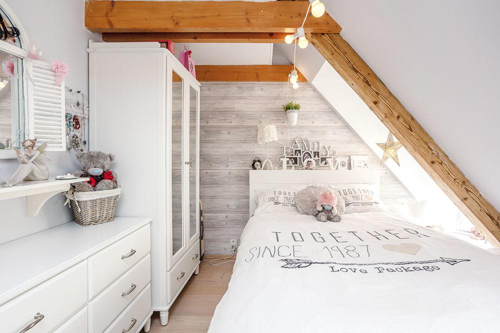 Dievčenská izba zariadená bielym nábytkom,