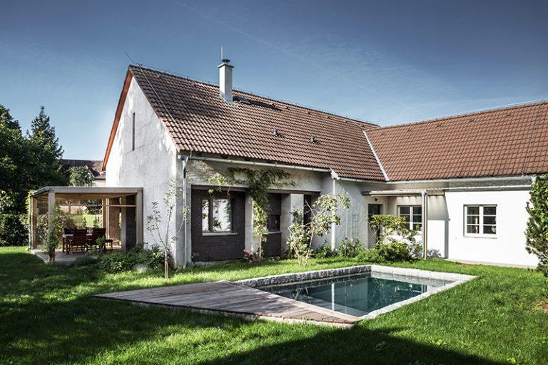 Stará stodola vo funkcii strechy: Vo vnútri je nový dom!