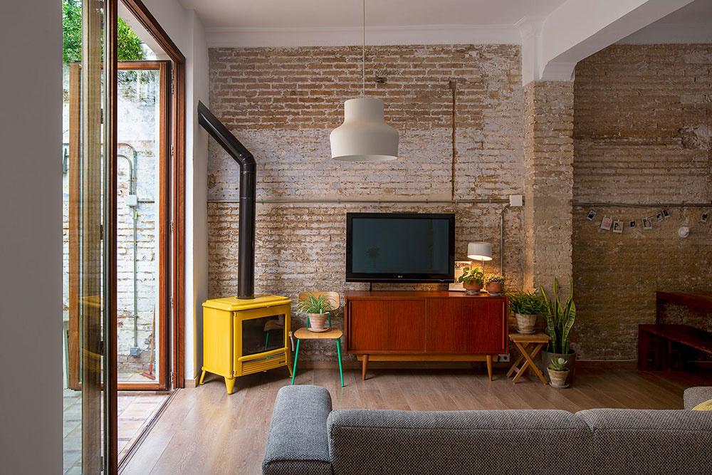 ýrazný žltý krb v obývačke