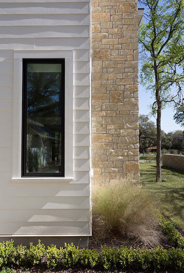 fasáda domu s oknom