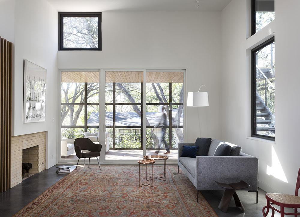 V obývačke pokrýva väčšinu dlážky perzský koberec
