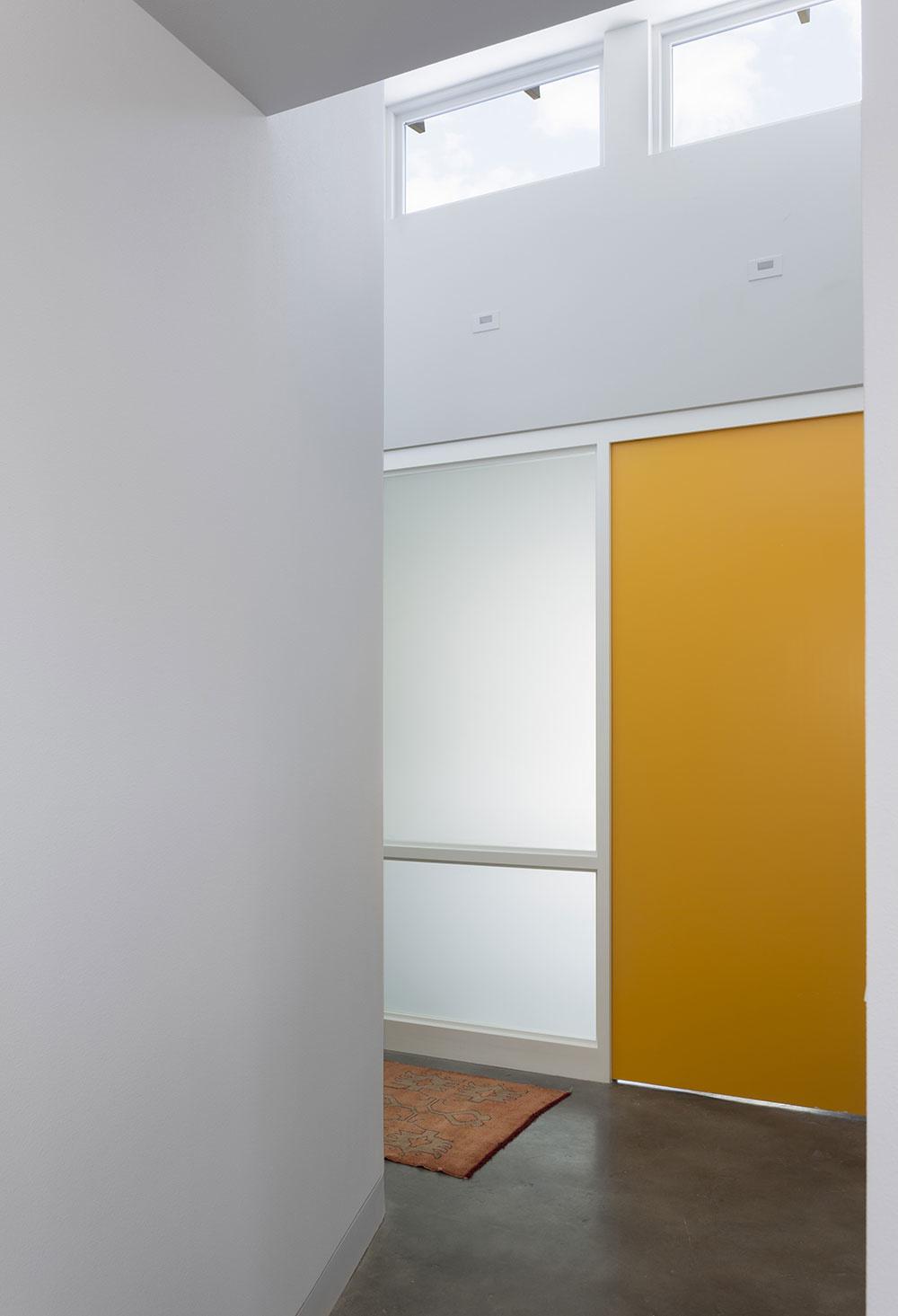 žlté dvere v strede domu