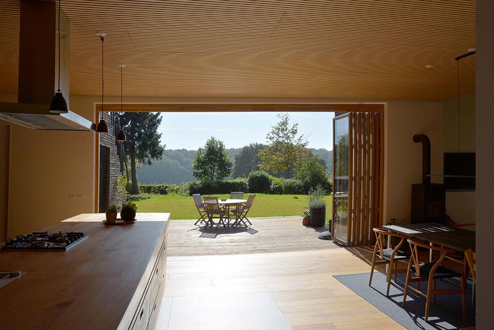 pohľad na drevenu terasu z domu