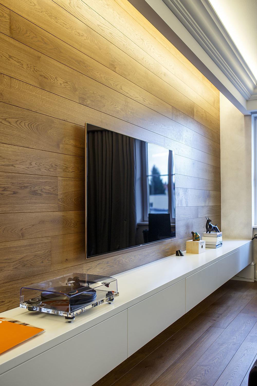 drevený obklad steny za televízorom