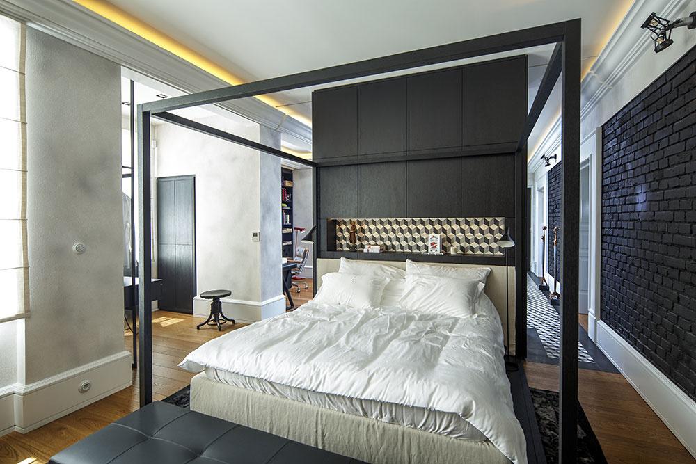 posteľ je od haly oddelená len zástenou v záhlaví